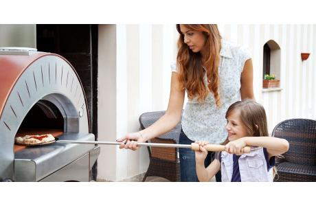 Biesiadowanie z piecem do pizzy (piecem chlebowym).